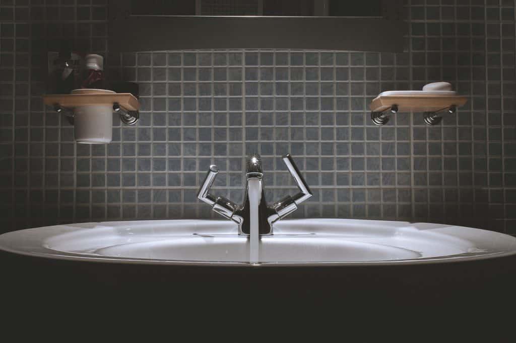 ניקוי ארונות אמבטיה