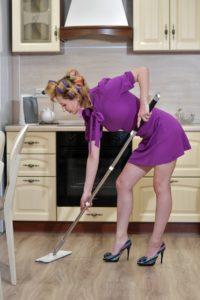 אישה מנקה